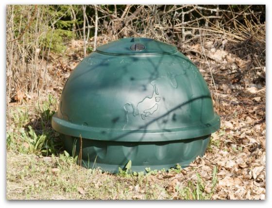 Komposti covered compost bin