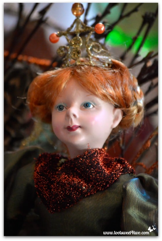 Crowned red-headed fairy
