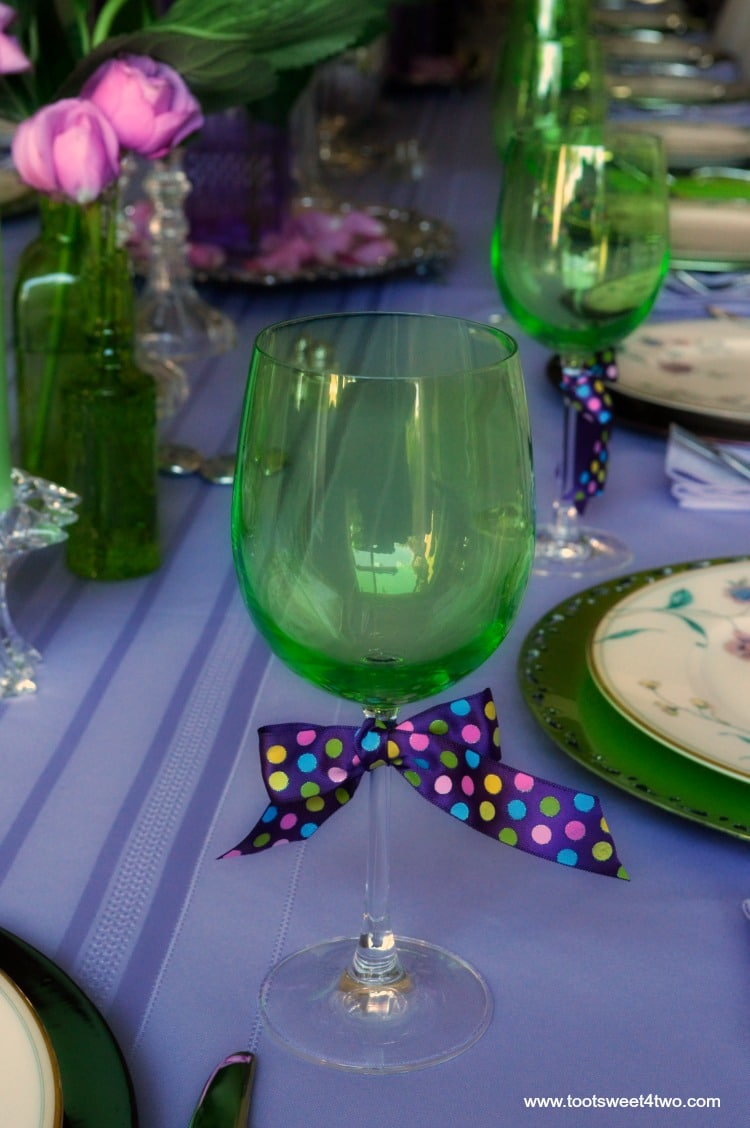 dining-table-decor-ideas-purple-and-green-green-goblet-with-purple-polka-dot-ribbon